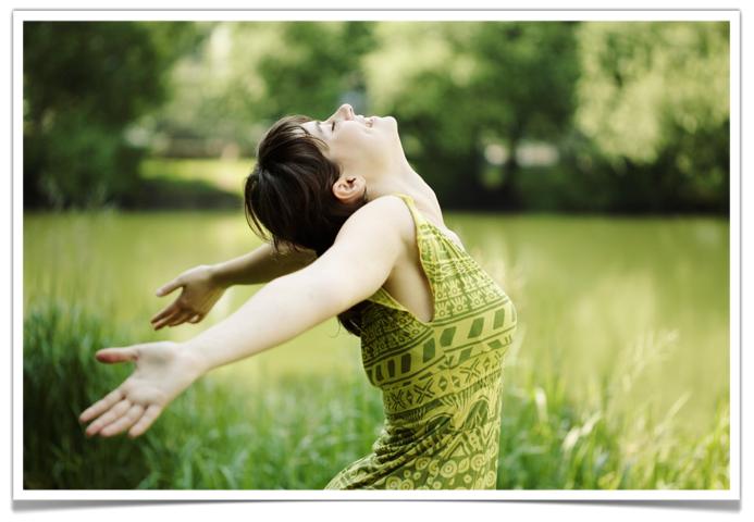 femme heureuse les bras ouverts comme un oiseau